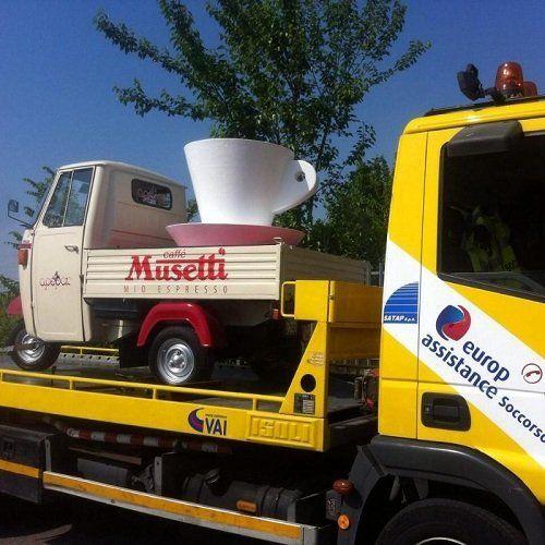Camion autosoccorso caricando il motorino del caffè