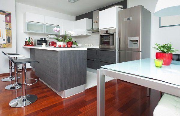 Cucina moderna con parquet