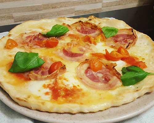 una pizza bianca con la pancetta