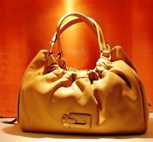 borsa color oro in esposizione