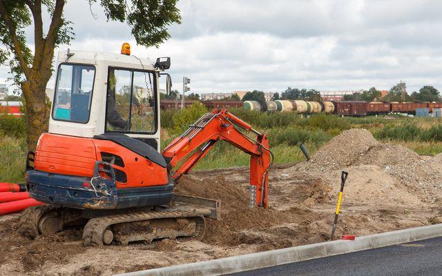una scavatrice arancione al lavoro