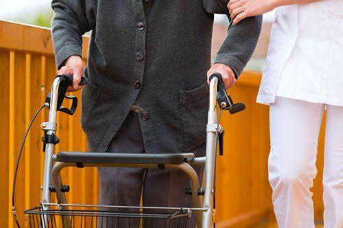 Anziano si muove con deambulatore a carrello