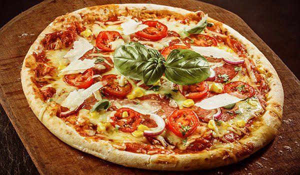 una pizza con pomodoro mozzarella e scaglie di grana