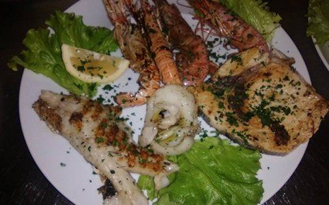 Piatto a base di pesce e gamberi con verdure