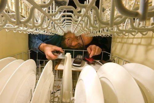 operaio durante ripara dell'apparecchio di casa