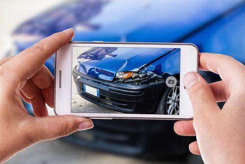 smartphone che riprende un auto