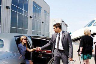 un autista che aiuta una donna scendere da una macchina