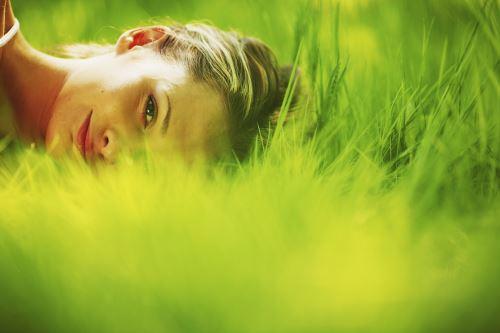 il viso di una donna sdraiata sull'erba