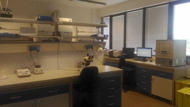 Una scrivania di un laboratorio con un microscopio sopra