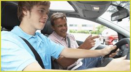 Ragazzo durante una lezione di guida