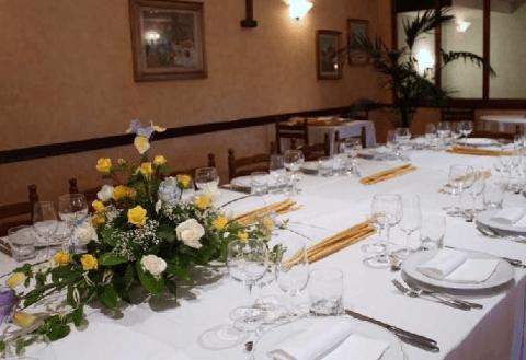 tavolo apparecchiato per una occasione speciale