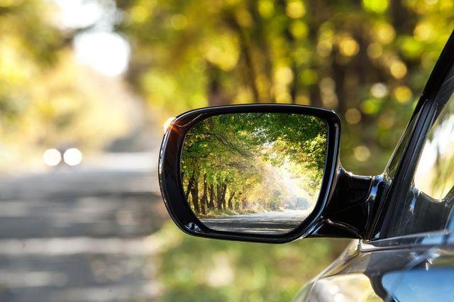 uno specchietto di una macchina