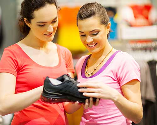 Giovani guardando della scarpe sportive neri