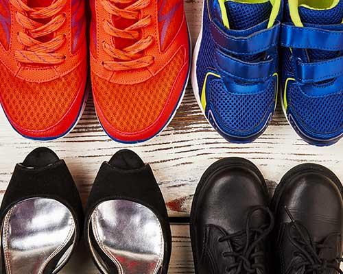assortimento di calzature di diverso stile per uomo e donna