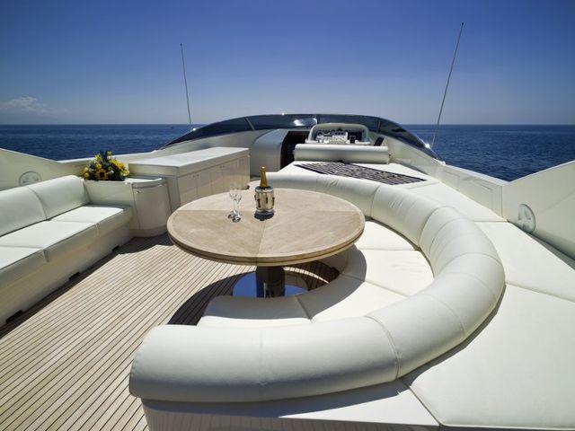 rivestimenti in pelle chiara su yacht