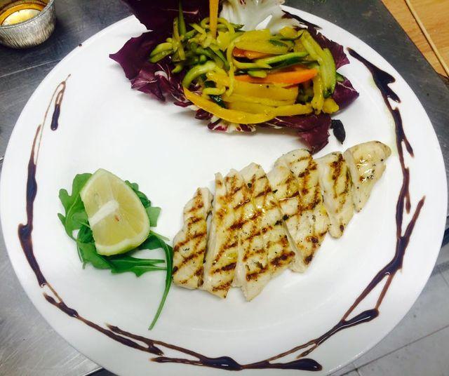 pollo alla griglia condito con peperoni e limone