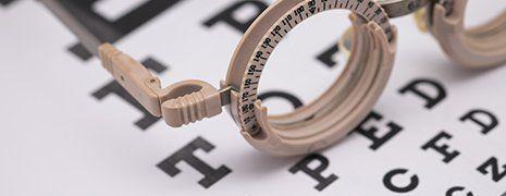 degli occhiali specialistici per visita oculistica