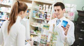farmacista mostra un medicinale a una cliente
