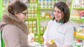 farmacista consiglia dei prodotti a una cliente