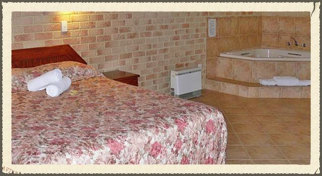 Queen bed & roomy corner spa bath