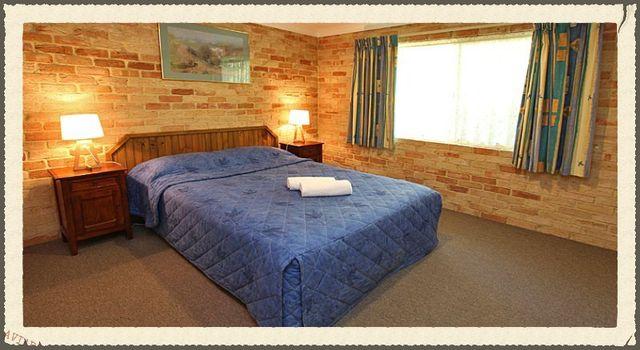 Villa main bedroom qith queen bed