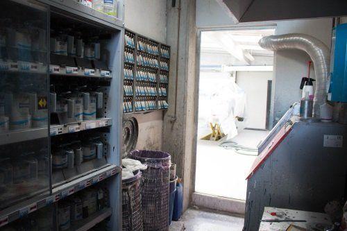 magazzino con vernici per carrozzeria