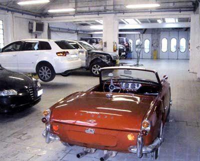 auto d'epoca all'interno di autofficina