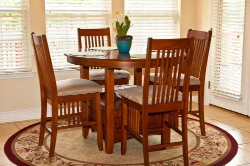 un tavolo in legno con delle sedie attorno