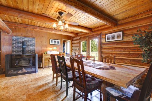 un tavolo in legno con delle sedie e un camino