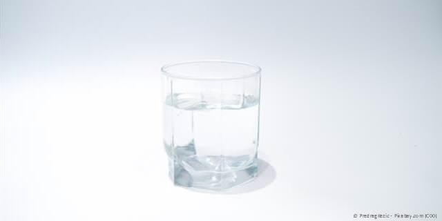 Regelmäßige Flüssigkeitsaufnahme - am besten reines Wasser