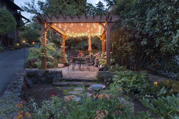 Backyard outdoor kitchens