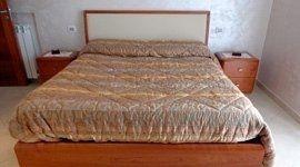 letto e comodini in legno