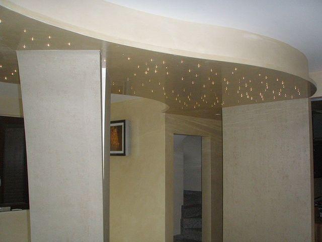 delle luci a effetto cielo stellato in un appartamento