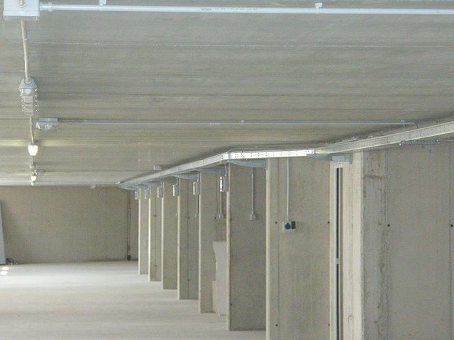 un impianto elettrico con canaline in un parcheggio sotterraneo
