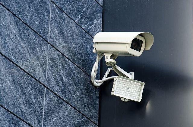 una telecamera di sicurezza di color bianco
