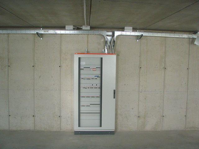 un quadro elettrico installato in un sotterraneo