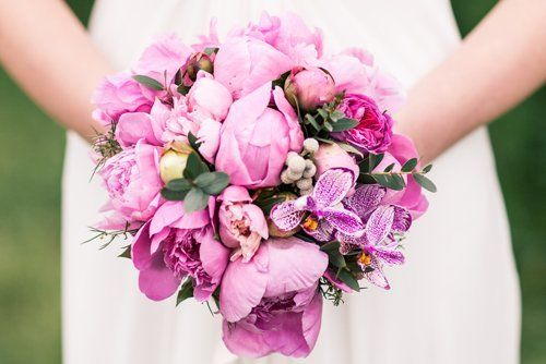 mazzo di fiori in mani di una sposa