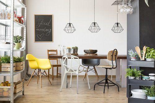 Tavola di cucina, cinque sedie diverse e molte piante
