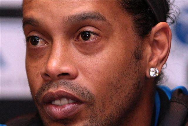 Ronaldinho llega a los 35 años con la pena de un mago que extravió la alegría
