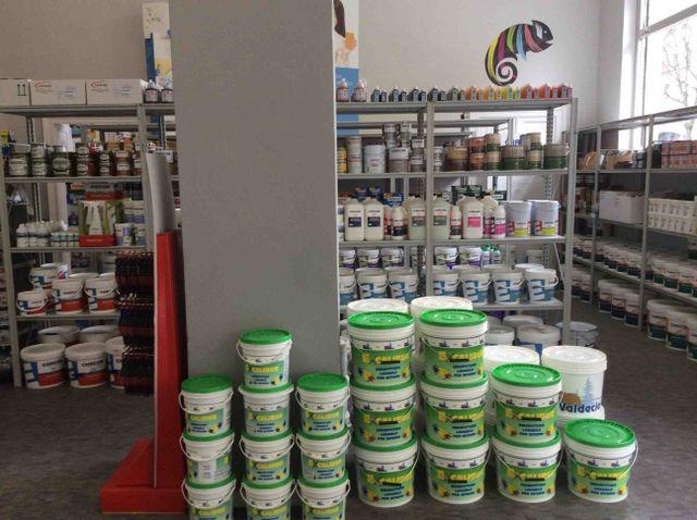 dei secchi di vernice e degli scaffali con dei prodotti