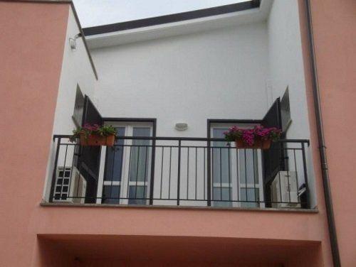un balcone con due vasi di fiori