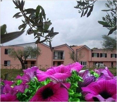 vista da distanza delle case dipinti in color rosa