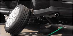 pneumatico appoggiato alla carrozzeria di un auto