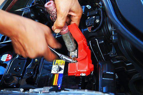 Meccanico che ripara il motore di una macchina