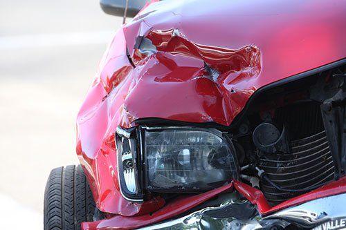 Frontale di un'auto dopo un'incidente