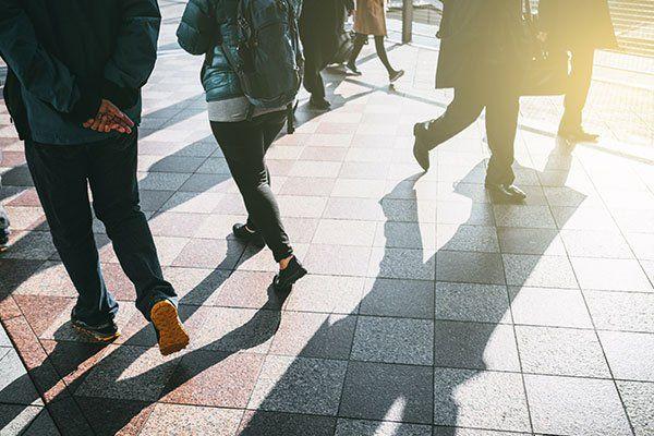 delle persone che camminano