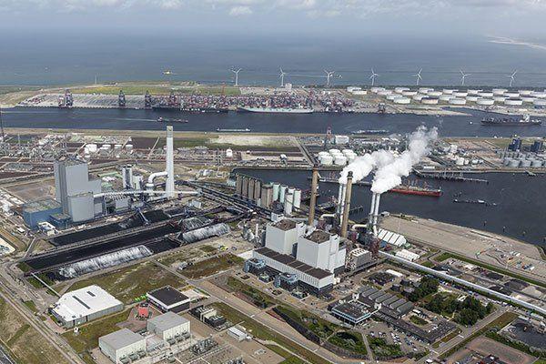 vista dall'alto di una zona industriale e del mare
