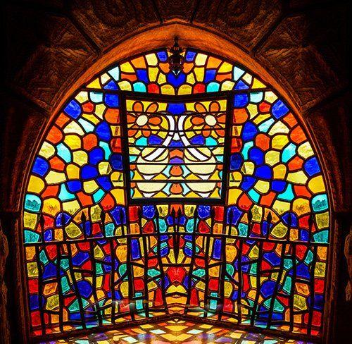 Vetro colorato di una finestra della chiesa