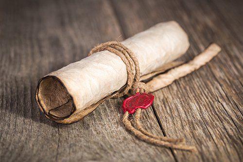 Una pergamena di testamento con sigillo rosso