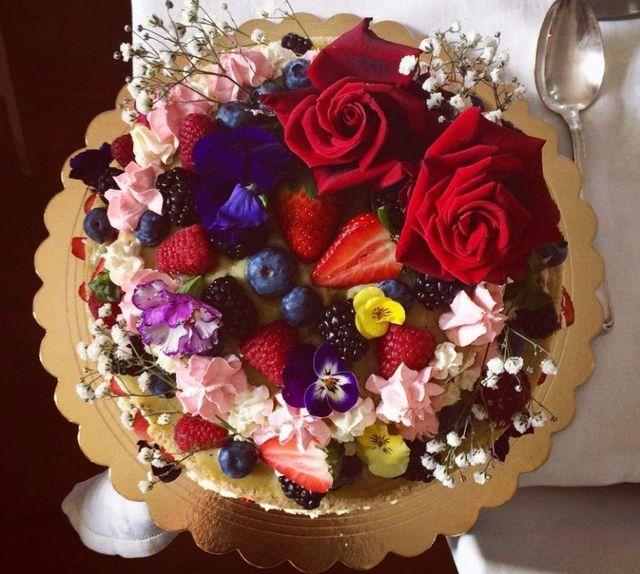 una torta farcita con frutti di bosco e dei fiori